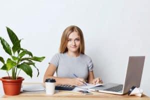אשת עסקים צעירה מחכה להחזר מס
